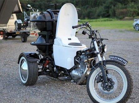 """这款""""马桶三轮摩托车""""是由一辆普通摩托车改造而成的,造型看上去很独特,驾驶座是TOTO最受欢迎的产品。"""
