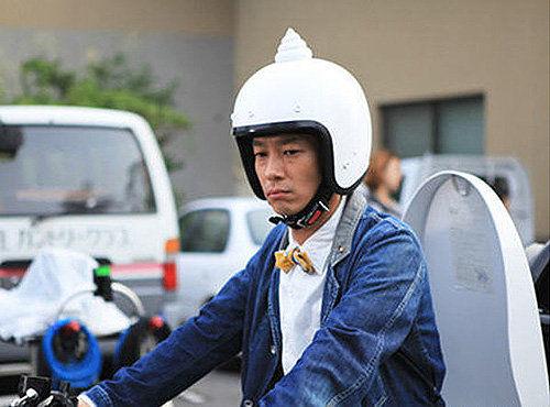 """虽说该车造型看上去还算美观大方,不过驾驶者还是需要很大的勇气,因为驾驶时所戴的专属安全帽上有一坨绝对抢眼且令人喷饭的""""便便""""!"""