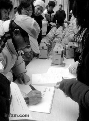 2012年1月19日,上海市浦东新区塘桥街道居民们签字领菌棒。 (南方周末记者 鲍小东/图)