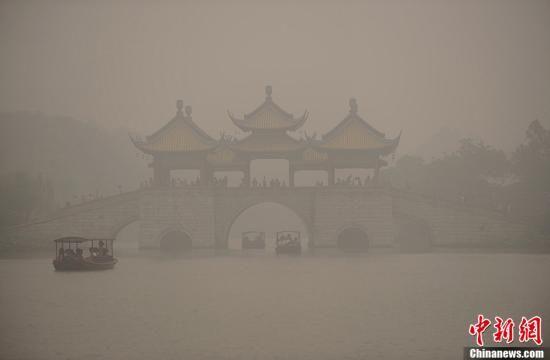 6月10日,江苏扬州市出现雾霾天气,空气中弥漫着烟雾,导致空气质量明显下降,焚烧秸秆现象给古城扬州的市区造成了环境污染,浓烟致使交通受阻,烟雾异味刺鼻,严重影响道路交通安全。中新社发孟德龙 摄 图片来源:CNSPHOTO
