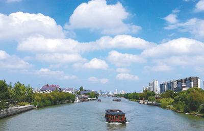 阳光强烈的夏秋午后,容易发生臭氧超标。图为蓝天白云掩映下的江南城市河畔。图片来源:人民视觉