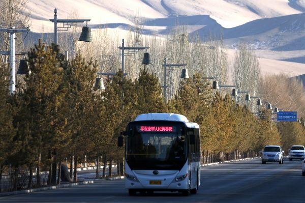 资料图:新能源纯电动公交车行驶在甘肃省敦煌市敦月公路上。新华社发