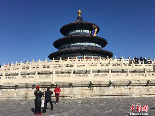资料图:游客在北京天坛公园游览。中新网记者 阚枫 摄