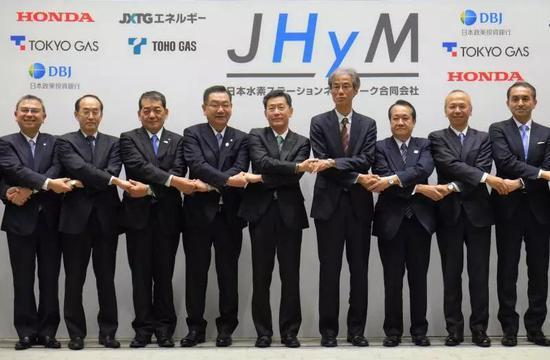 """共建""""日本氢站有限责任公司""""的日企代表3月5日在东京出席新闻发布会。这家新公司计划到2021财年完成约80座加氢站建设。(新华社/法新)"""