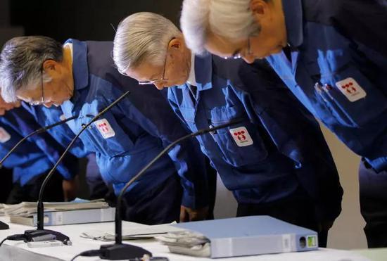 东京电力公司前高管2011年3月就福岛核事故鞠躬道歉。(新华社/美联)
