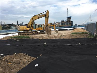 扬子医药西侧填埋区已用防尘网隔离,地面铺设了防雨膜。
