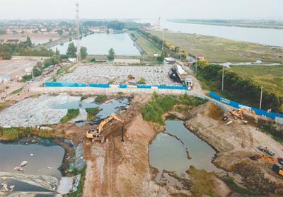 江苏泰兴市漠视整改要求,数万吨化工废料和污泥堆放在长江边。   新华社记者 季春鹏摄