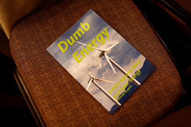 与会者传阅了一本名为《笨蛋能源》(Dumb Energy)的书