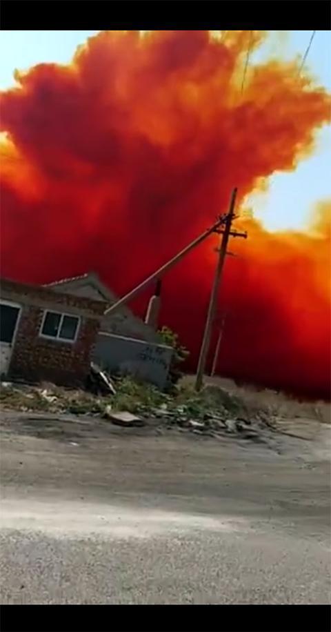 事发现场房屋上空弥漫红色气体 现场视频截图