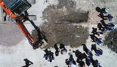 7月15日,金东工业园区,环保、公安等人员在调查取证(无人机拍摄)。据介绍,目前初步确认填埋物为危险废物,金坛公安分局已立案侦查,并对相关嫌疑人刑事拘留。新华社记者 李响 摄