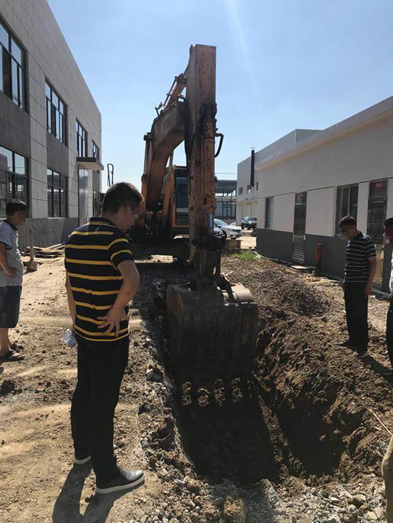 被举报掩埋化工废料的地块已于7月15日开挖。 本文图均为 澎湃新闻记者 廖文君 图