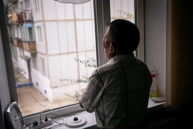 Berik Syzdykov在位于哈萨克斯坦塞梅伊的家中。母亲在怀他时受到了放射性落下灰的照射,导致他天生带有畸形。来源:Phil Hatcher-Moore