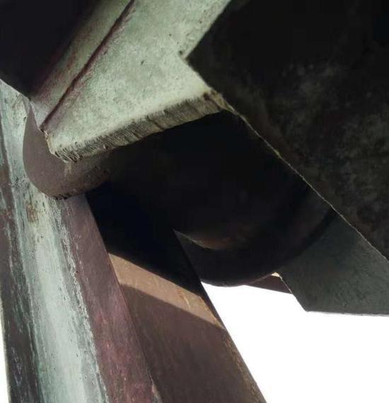 2#钟罩导轮与导轨紧贴