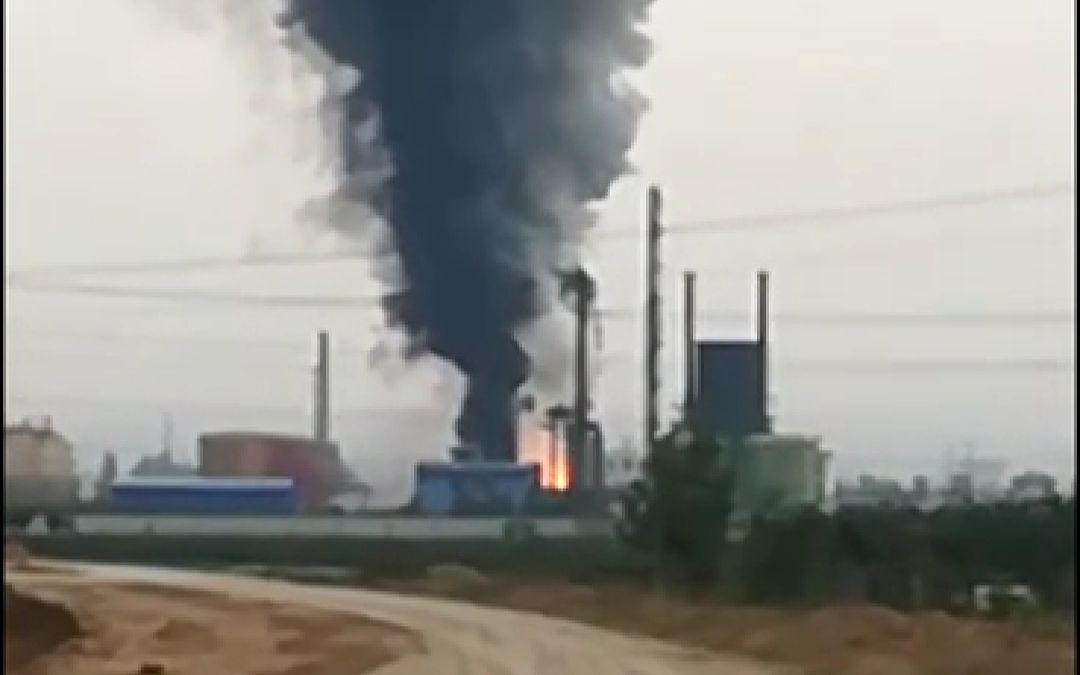 河南辉县市一化工厂发生爆燃事故,浓烟冒向天空。视频截图